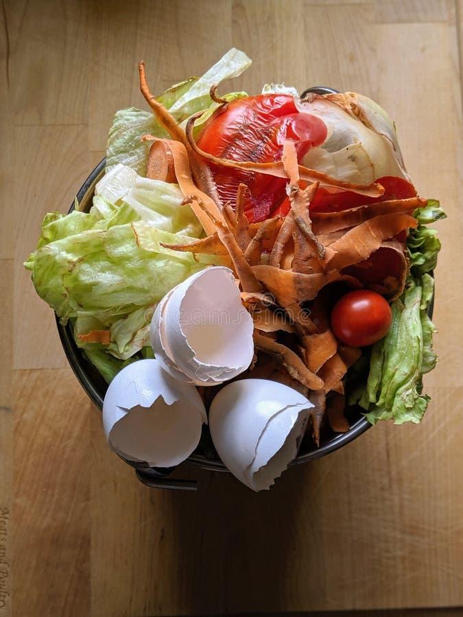 Containerhoogtepunt van groenten en voedselpunten voor het bemesten royalty-vrije stock fotografie
