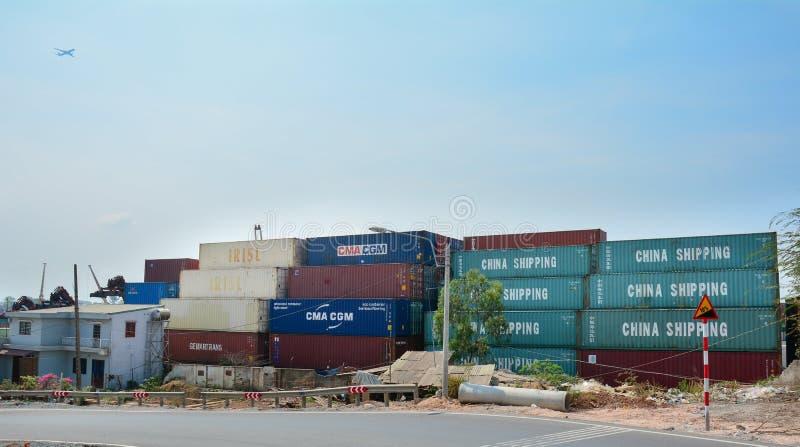 Containers bij de commerciële haven van Saigon stock foto's