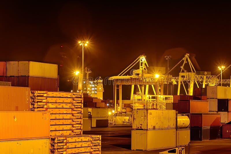 Containers bij nacht stock fotografie