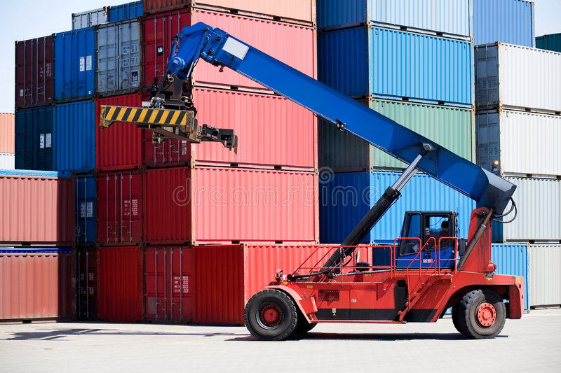 Containers in haven met manager stock afbeeldingen