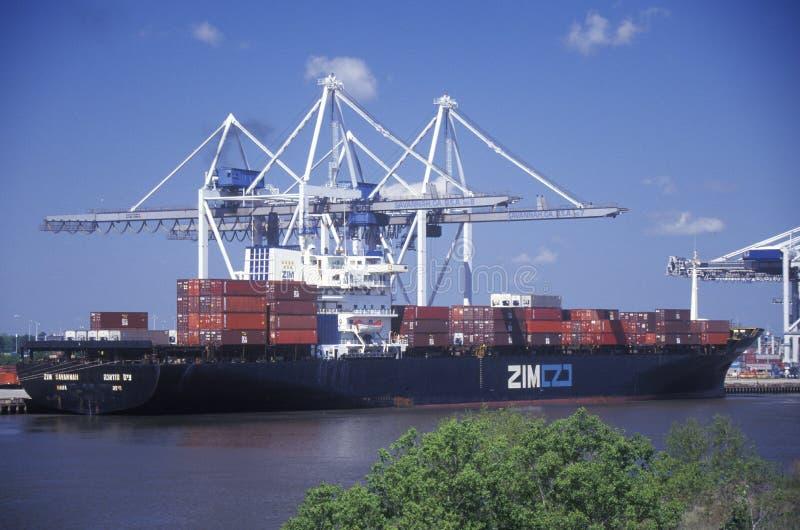 Containers op een vrachtschip in de Haven van Savanne op Savannah River in Georgië stock foto