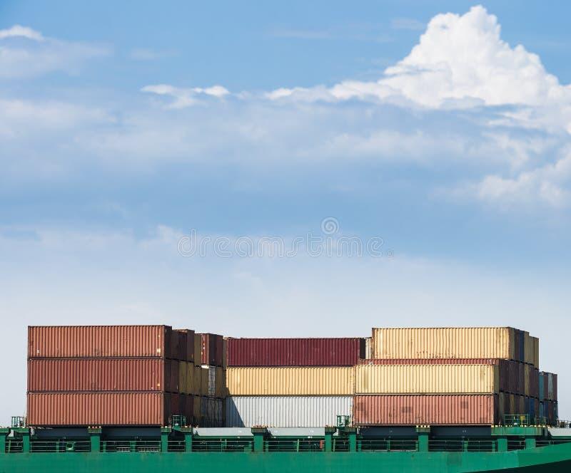 Containers op een vrachtschip worden geladen dat royalty-vrije stock fotografie