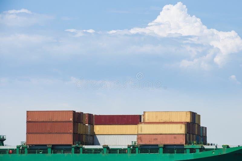 Containers op een vrachtschip worden geladen dat royalty-vrije stock afbeelding