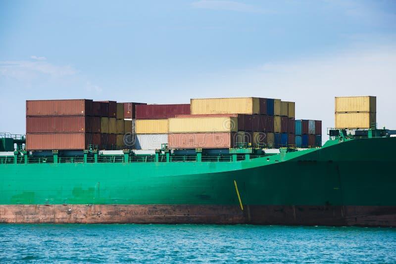 Containers op een vrachtschip worden geladen dat stock foto