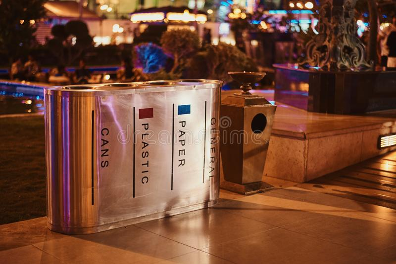 Containers voor afzonderlijke afvalinzameling in de straat van de nachtstad royalty-vrije stock afbeelding