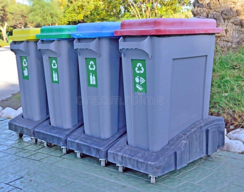 Containers voor gescheiden inzameling van huisvuil stock afbeelding