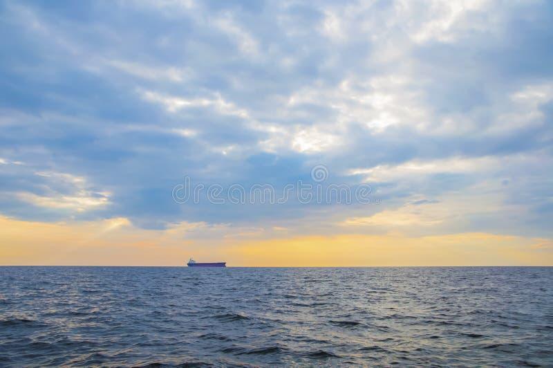 Containerschiff auf dem Horizont lizenzfreies stockfoto