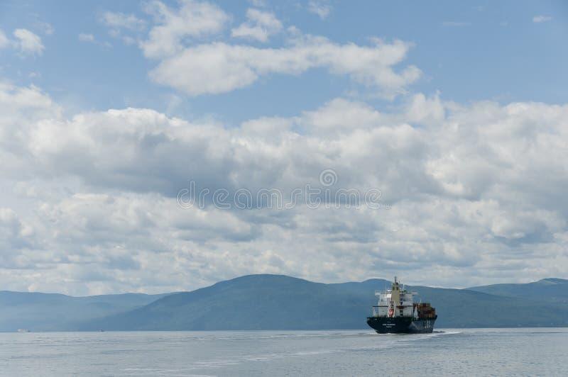 Containerschiff auf einem schönen blauen Himmel