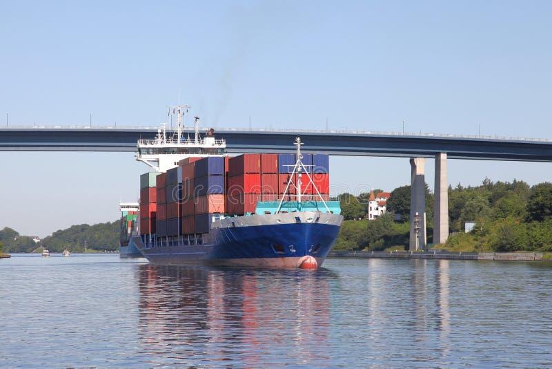 Containerschiff auf Kiel-Kanal lizenzfreies stockbild