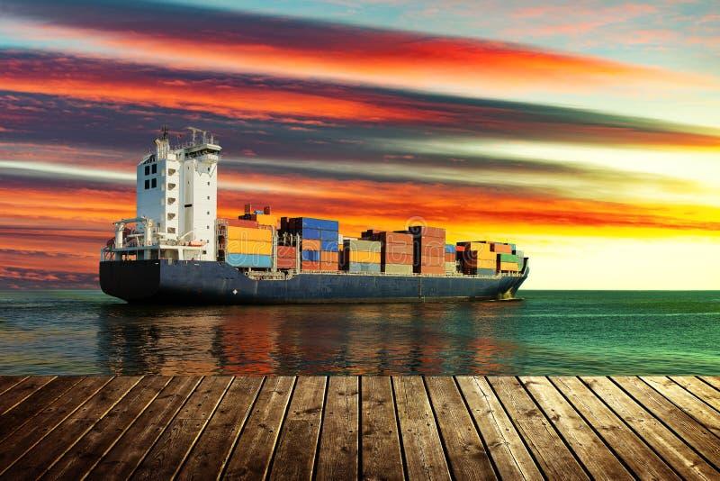 Containerschiff auf Meer stockfoto