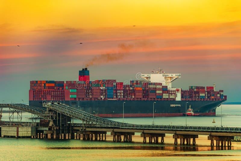 Containerschiff auf Meer lizenzfreie stockbilder