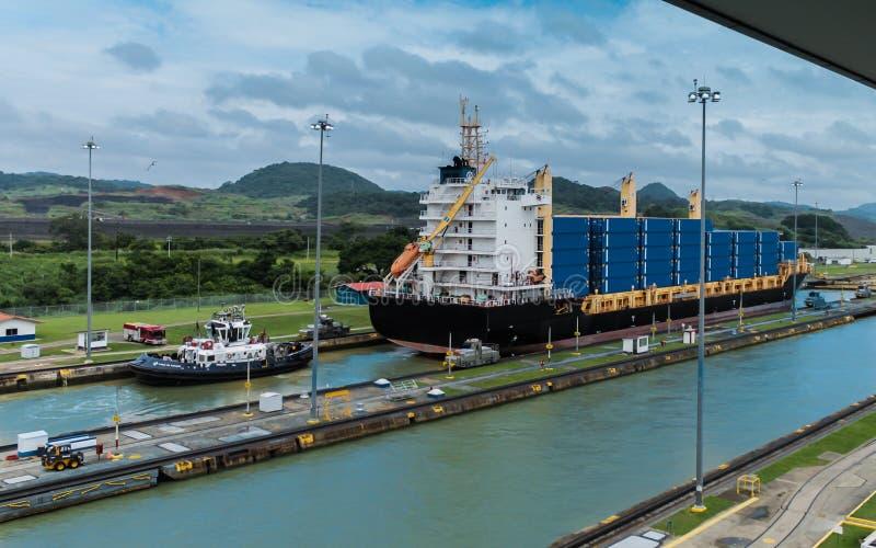 Containerschiff, das durch den Panamakanal überschreitet stockbilder