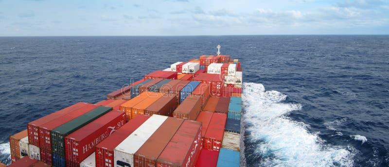 Containerschiff, das das oean kreuzt stockfotos