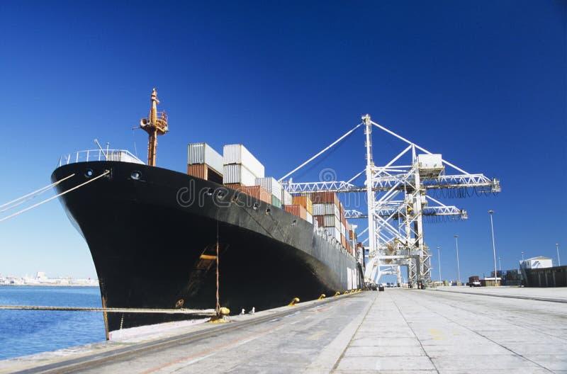 Containerschiff in den Docks stockbild