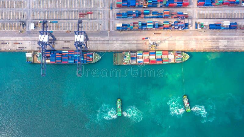 Containerschiff im Export und Importgeschäft und Logistik Seefracht, zum durch Kran zu beherbergten Wassertransport International stockbilder
