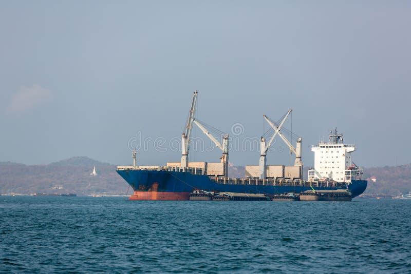 Containerschiff im Export und Importgeschäft und Logistik Seefracht, zum durch Kran zu beherbergten Wassertransport International stockbild