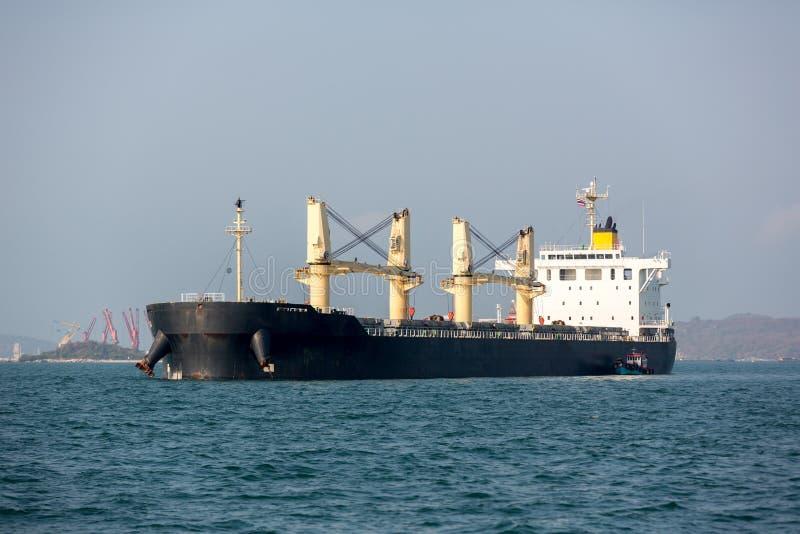 Containerschiff im Export und Importgeschäft und Logistik Seefracht, zum durch Kran zu beherbergten Wassertransport International lizenzfreie stockfotos