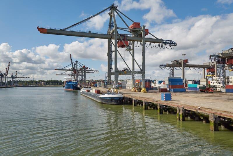 Containerschiff im Hafen lizenzfreie stockbilder