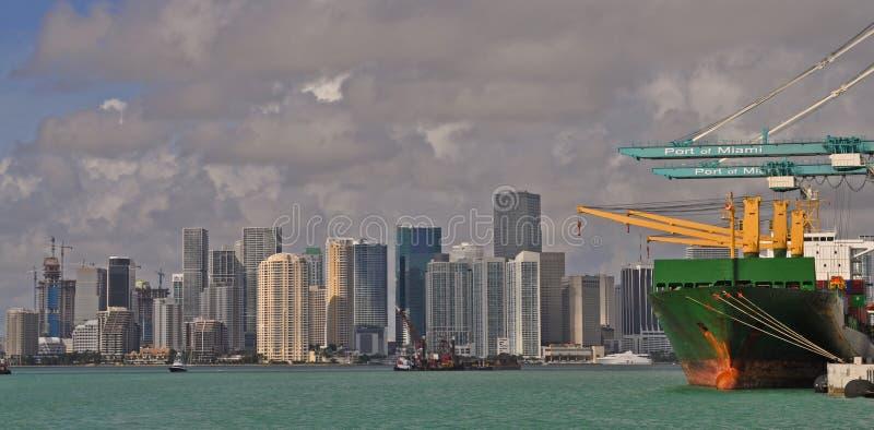 Containerschiff im Hafen von Miami, Florida Im Stadtzentrum gelegene Miami-Skyline lizenzfreie stockfotografie