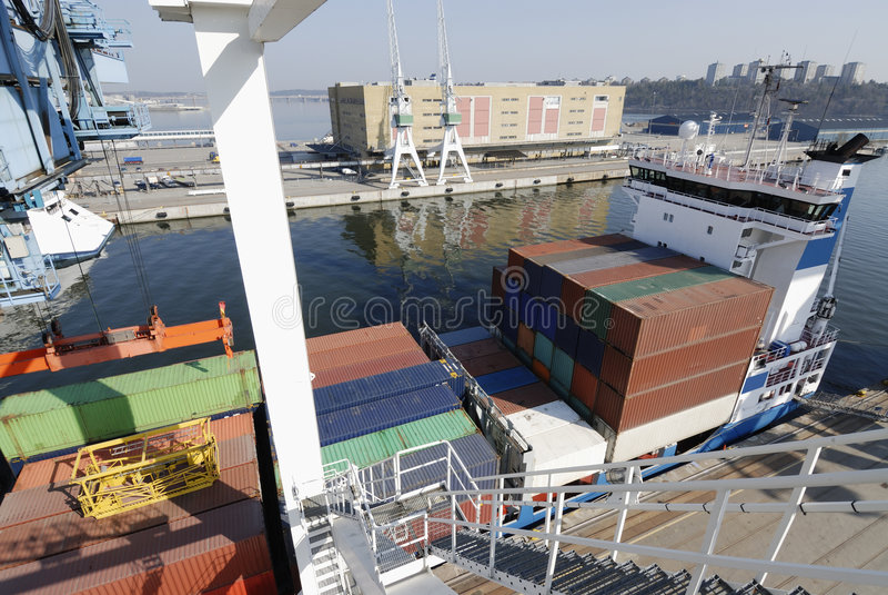 Containerschiff im Kanal lizenzfreies stockfoto