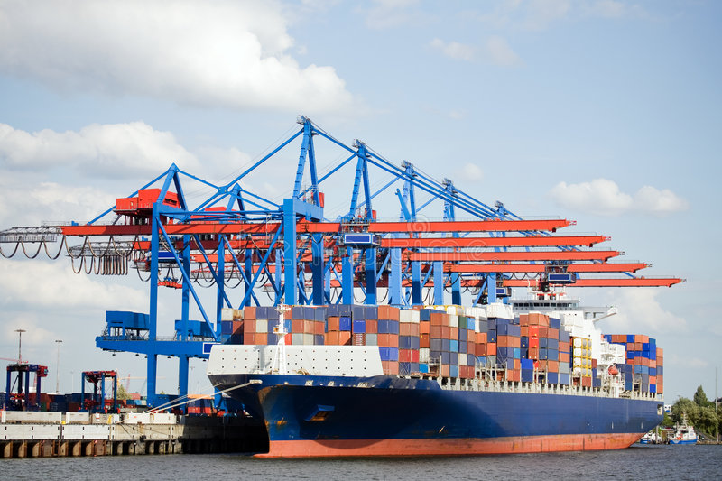 Containerschiff im Kanal stockfotos