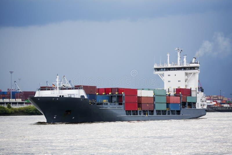 Containerschiff im Kanal lizenzfreie stockbilder