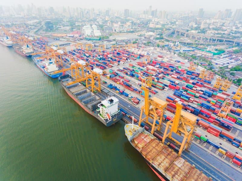 Containerschiff in Import-export und Geschäft lo gistic lizenzfreie stockbilder
