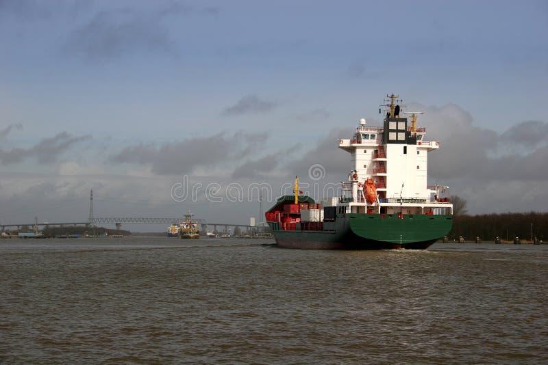 Containerschiff am Kiel-Kanal in G stockfotos