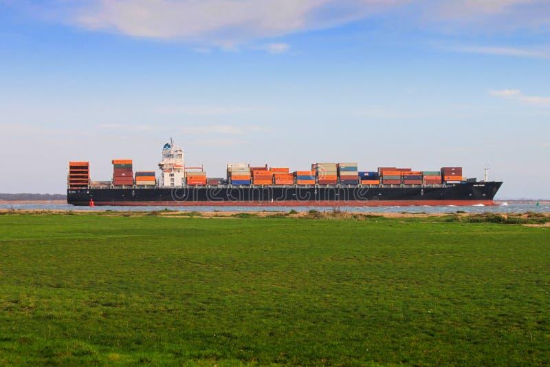 Containerschiff mit Fracht stockfotos