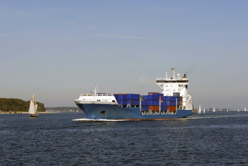 Containerschiff mit voller Drehzahl lizenzfreie stockbilder