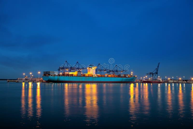 Containerschiff nachts stockbilder