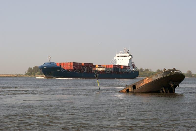 Containerschiff und Wrack lizenzfreie stockbilder