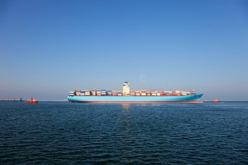 Containerschiff verlässt den Kanal. Gdansk, Polen. lizenzfreies stockbild
