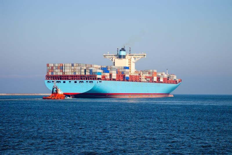 Containerschiff verlässt den Kanal. Gdansk, Polen. lizenzfreie stockfotografie