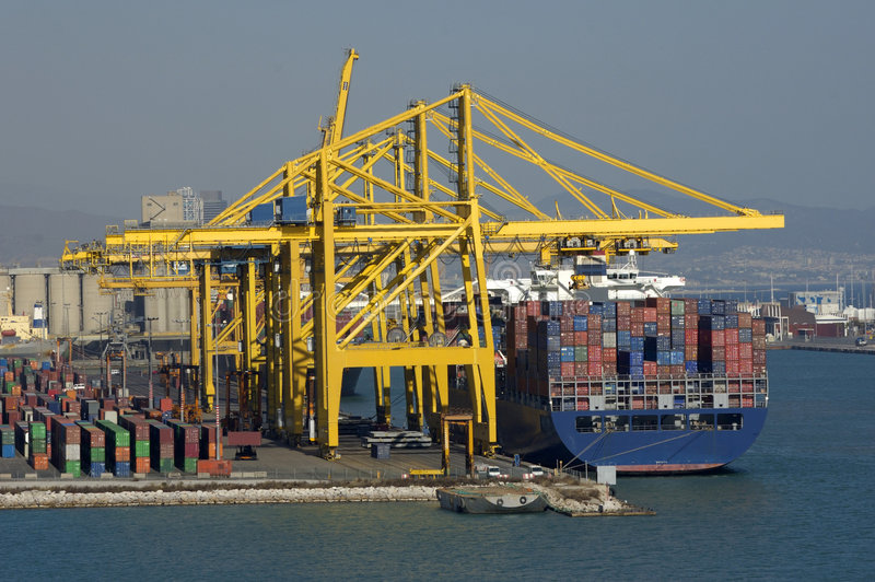 Containerschiff während der Eingabeoperationen stockbild