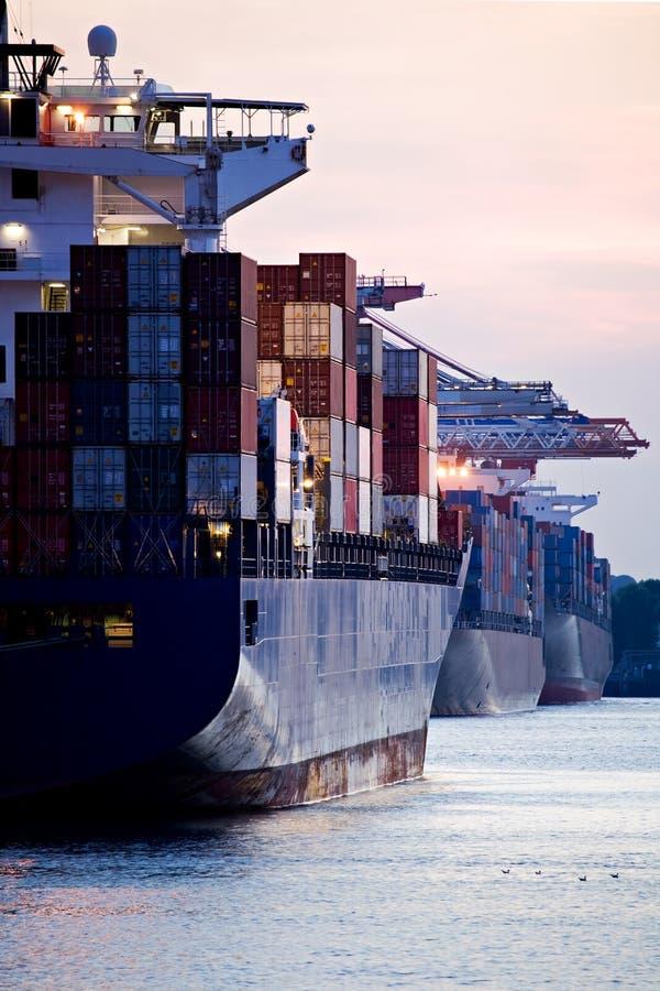 Containerschiffe angekoppelt im Kanal stockfotografie