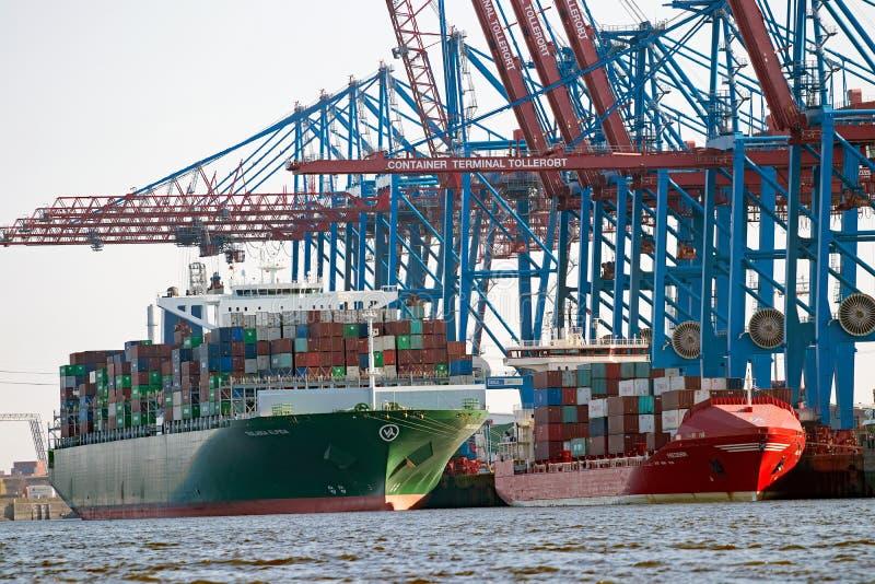 Containerschiffe auf Anschluss stockfotografie