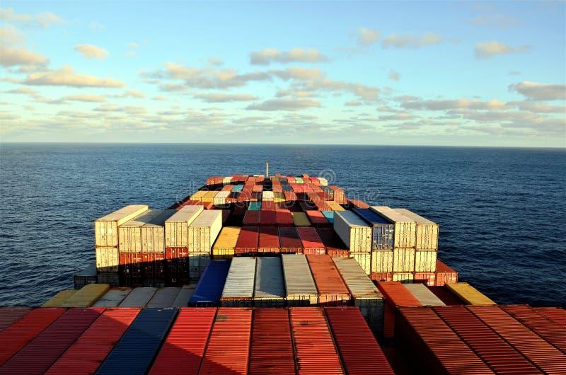 Containerschiffsegeln durch Pazifischen Ozean lizenzfreie stockbilder
