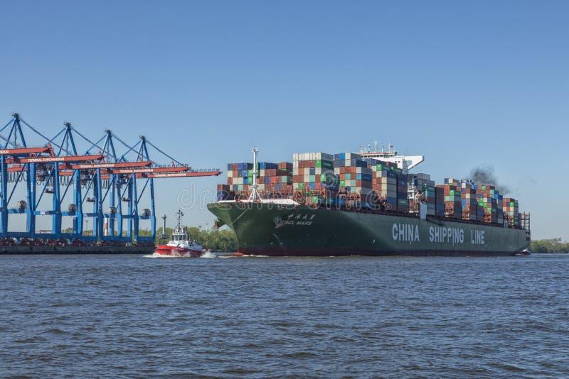 Containerschip CSCL MARS bij de haven van Hamburg royalty-vrije stock afbeeldingen