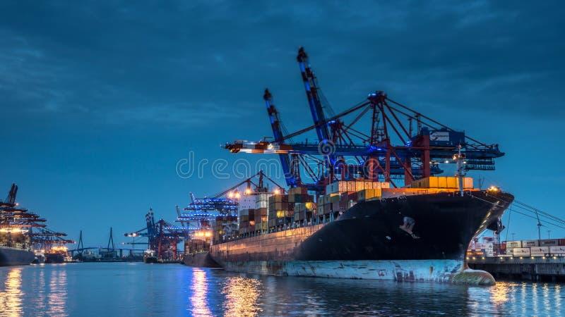 Containerschip in de haven van Hamburg/Waltershof royalty-vrije stock foto's