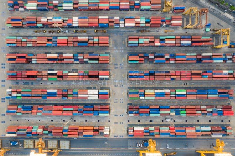Containerschip in de uitvoer en de invoer bedrijfslogistiek en vervoer Lading en containerdoos die aan haven door kraan verschepe stock afbeeldingen