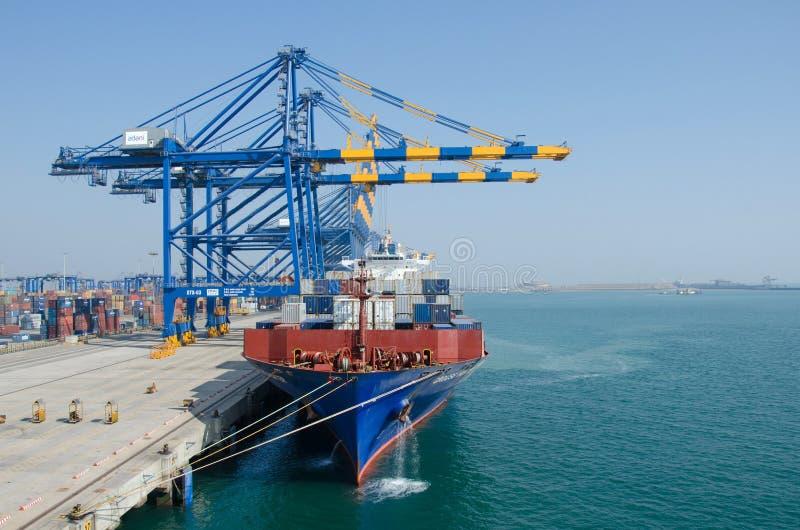 Containerschip in haven stock afbeeldingen