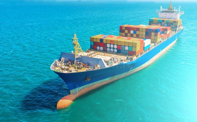 Containerschip in invoer-uitvoer en logistische zaken Door kraan, royalty-vrije stock afbeelding