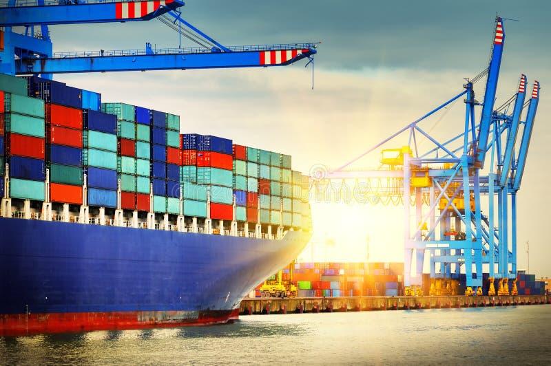 Containerschip met hoogtepunt die van lading een haven ingaan Transportatio royalty-vrije stock afbeeldingen
