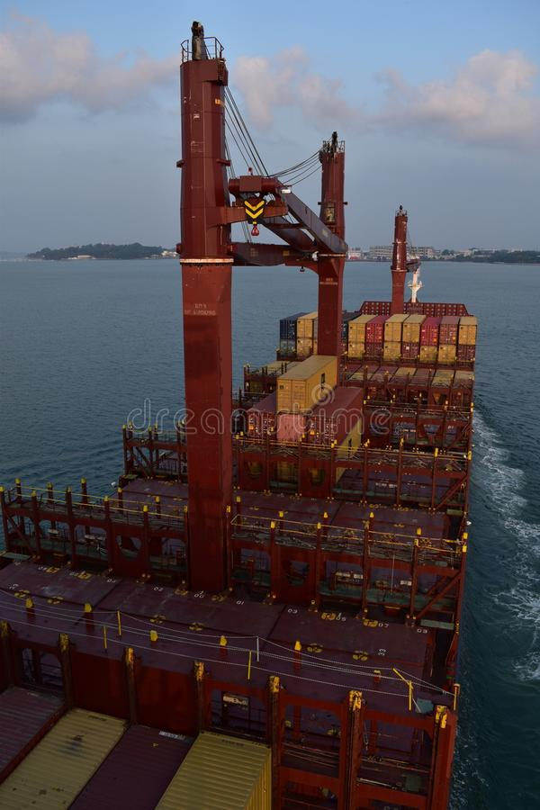 Containerschip met kranen het manoeuvreren royalty-vrije stock afbeeldingen