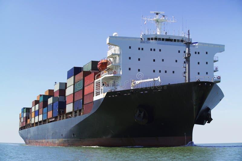 Containerschip op oceaan royalty-vrije stock afbeeldingen