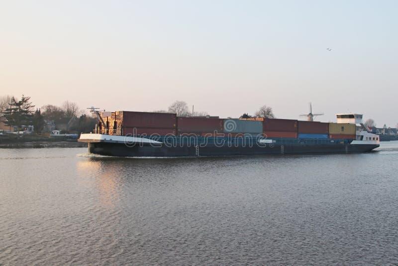 Containerschip op Rivier Hollandse IJssen in het hol IJ van Capelle aan royalty-vrije stock foto