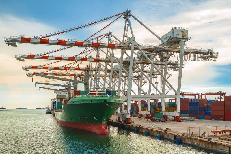 Containerschip in terminal die met kustkraan bij dok werken stock afbeeldingen