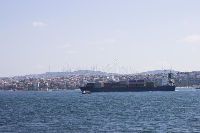 Containership na Bosphorus obrazy stock