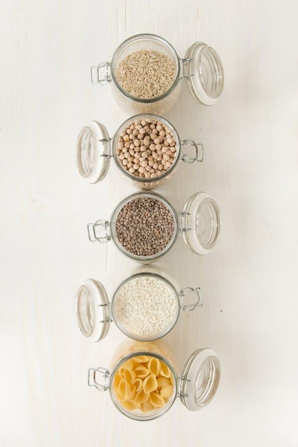 Containershoogtepunt met deegwaren, rijst, kekers Gezonde voedselingrediënten royalty-vrije stock foto's